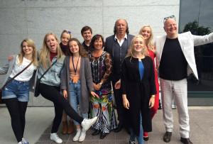 Frode Alnæs sammen med de mange musikerne og sangerne fra Ålesund-distriktet som bidro på familiekonserten 17. juli.