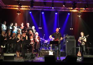 Fra konserten med Frode Alnæs trio og Røstkoret i Querinihallen på Røst.