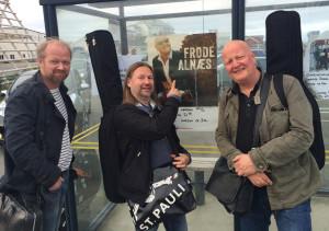 Frode Alnæs trio ankommer Røst i Lofoten. F.v. Rune Arnesen (trommer) og Per Mathisen (bass).