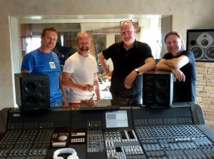 I Earport Studios på Fornebu har Frode Alnæs med seg noen av Norges beste musikere. F.v.: Helge Norbakken (perc), Rune Arnesen (trommer) og Per Mathisen (bass).