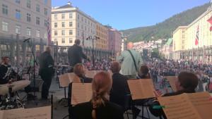 Fra konserten på Torgallmenningen i Bergen med Frode Alnæs og Sjøforsvarets Musikkorps. (Foto: Sissel Grønlund/SFMK)
