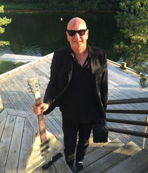 Frode Alnæs går en travel sommer i møte - med og uten sin spesialbygde klippfiskgitar! (Foto: Frog Music AS)