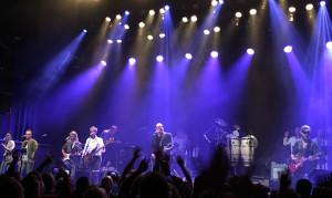 """Frode Alnæs sang """"All the Young Dudes"""" og spilte gitar på """"Lazarus"""" og """"Ziggy Stardust""""."""
